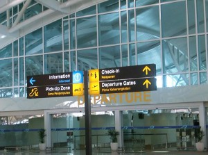 空港内の標識(日本語無し)