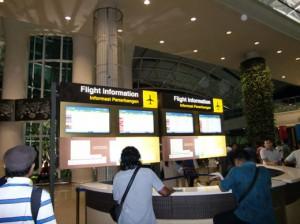 空港出口付近のインフォメーション