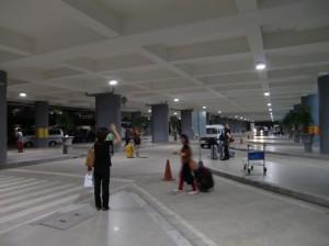 空港出口の車待機エリア