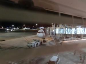駐機中のガルーダインドネシア航空875便