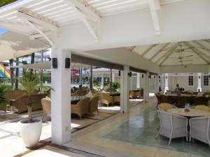 中庭のオープンエアのレストラン