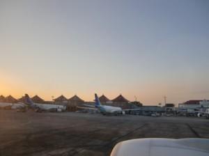 黄昏時のデンパサール空港